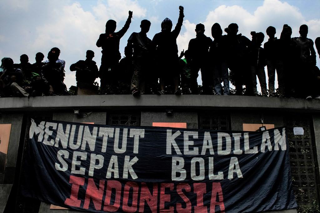 Sejumlah Bobotoh atau pendukung Persib Bandung melakukan aksi unjuk rasa di depan Gedung Sate, Bandung, Jawa Barat, Sabtu (13/3). (ANTARA FOTO/Novrian Arbi)