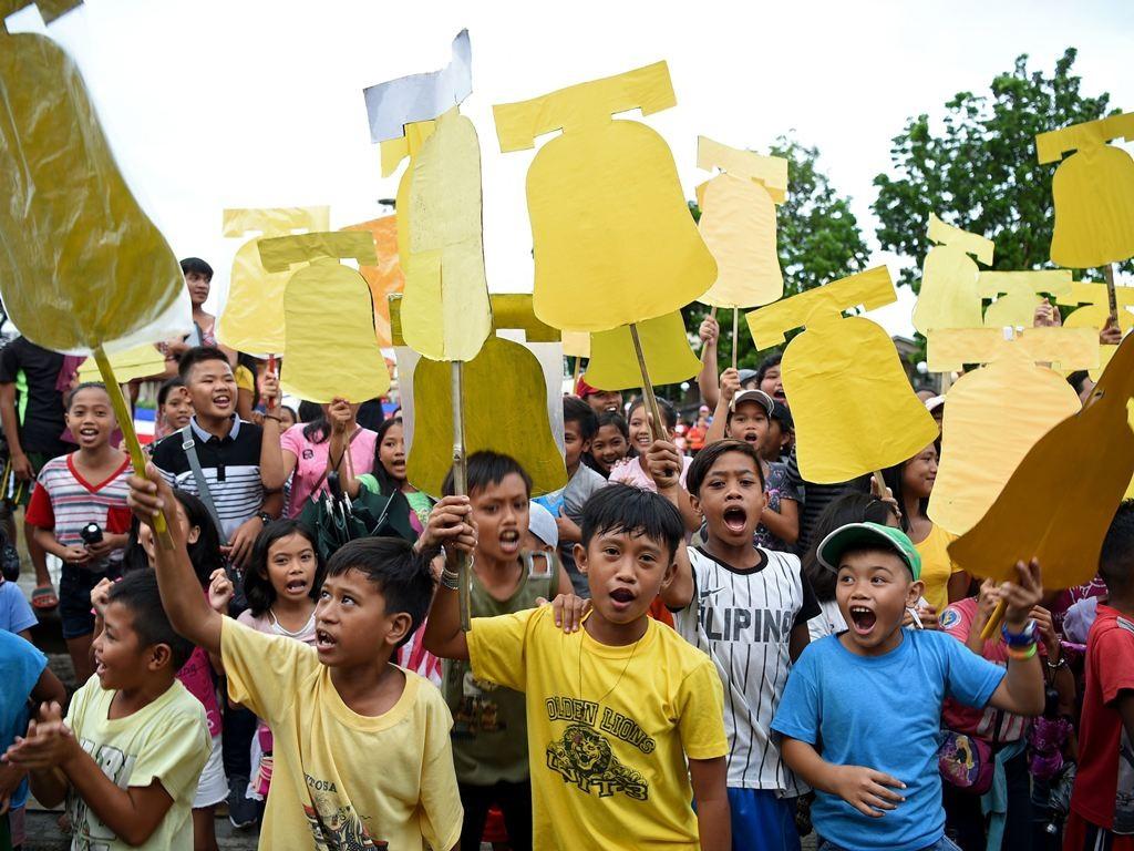 Anak-anak Balangiga ikut turun ke jalan menyambut lonceng kemerdekaan mereka. (Foto: AFP).