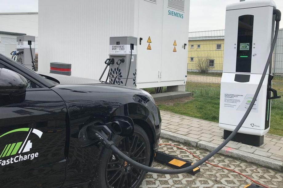 Porsche dan BMW memperkenalkan charger dengan kemampuan 450 kW. Porsche