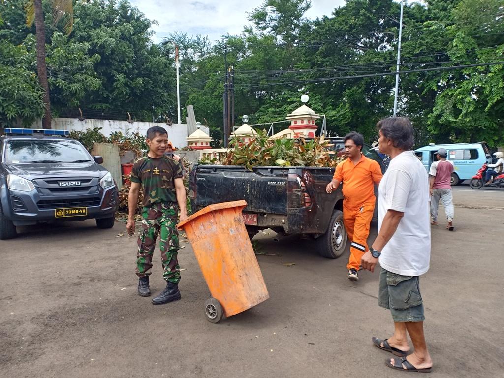 TNI dan Polri gotong royong memperbaiki fasilitas Polsek Ciracas - Medcom.id/Cindy.