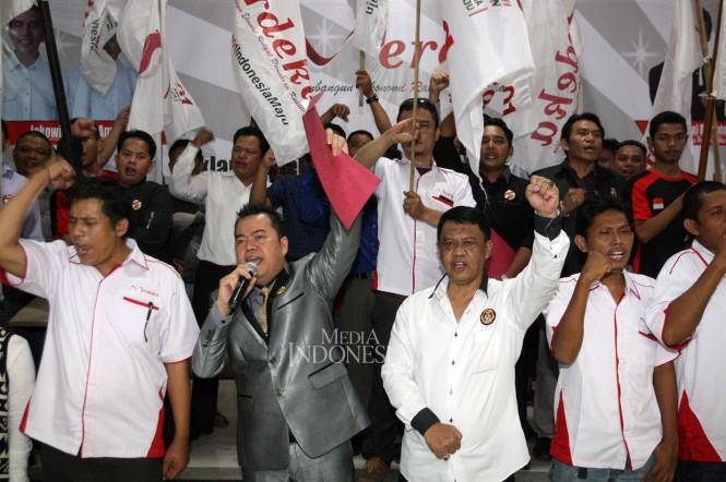 Mantan Kapolda Jabar Irjen Pol (Purn) Anton Charliyan (tengah depan) sebagai Pembina Relawan Merdeka, bersama Ketua Relawan Merdeka Saut SP Simatupang (kedua kiri depan) saat deklarasi di Citeureup, Jawa Barat