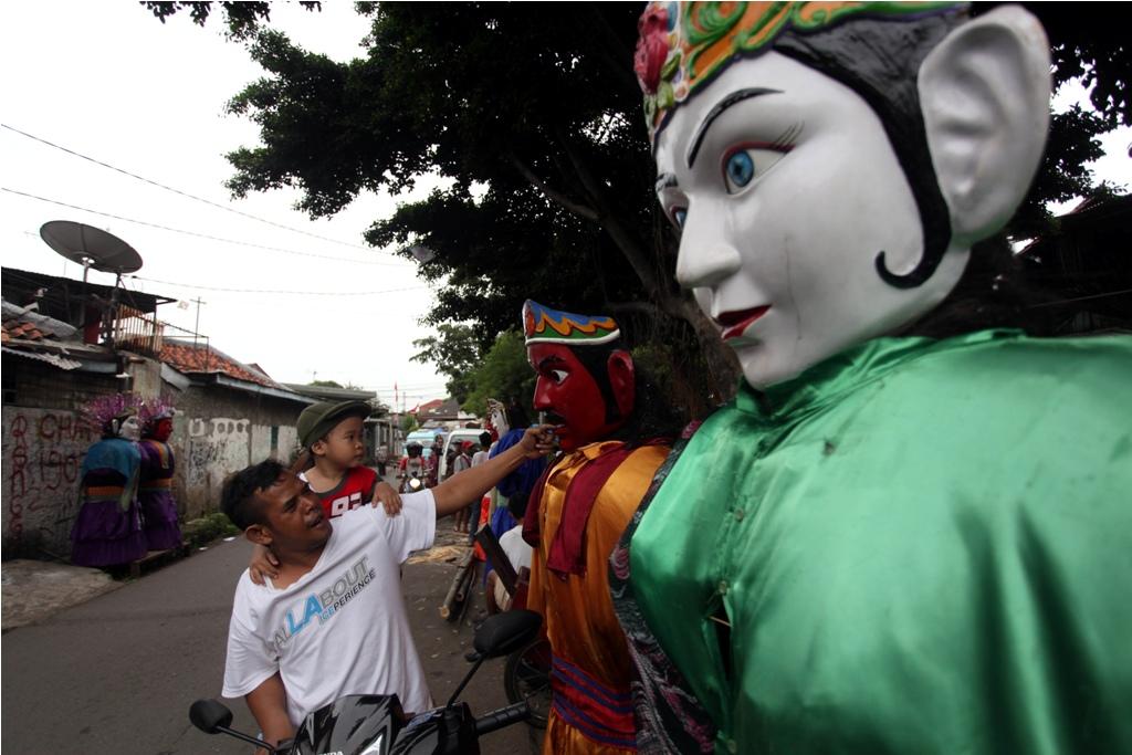 Ondel-ondel yang biasa digunakan untuk mengamen diletakkan di tepi jalan kawasan Pasar Gaplok, Kramat Senen, Jakarta Pusat--MI/RAMDANI.