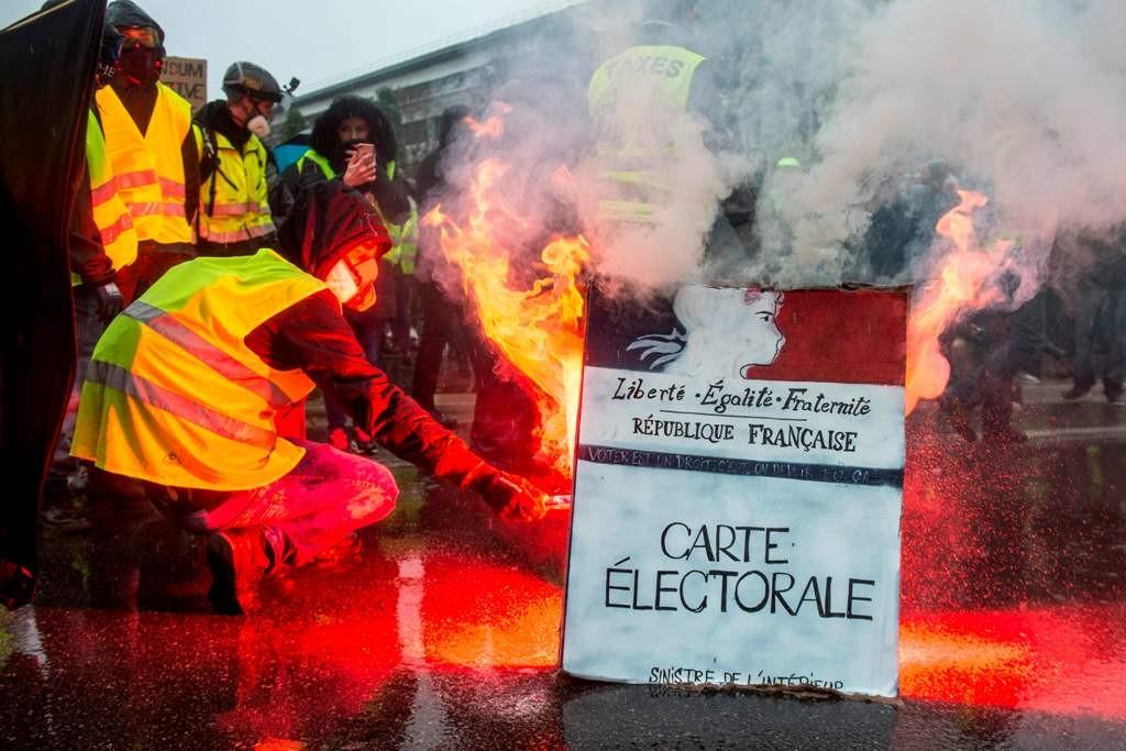 Para demonstran melekukan aksi pembakaran di Paris. (Foto: AFP)