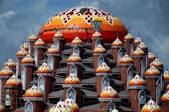 Megahnya Masjid 99 Kubah di Makassar