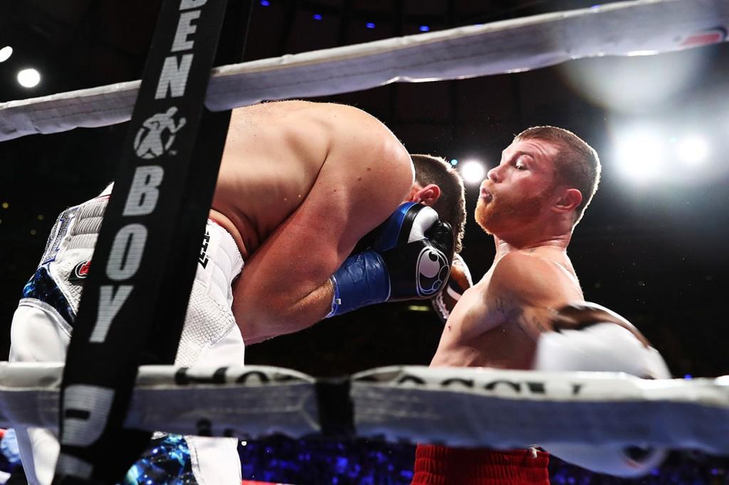 Canelo Alvarez Pukul KO Rocky Fielding