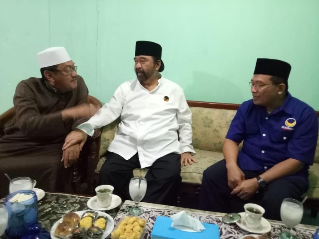 Pertemuan Ketua Umum DPP Partai NasDem Surya Paloh dengan pengasuh Ponpes Langitan KH. Ubaidillah Faqih alias Gus Ubaid (kopiah putih), di kediamannya di Kabupaten Tuban, Jawa Timur. Istimewa