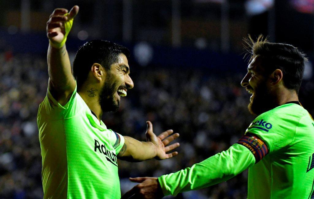 Momen saat Lionel Messi (kanan) melakukan selebrasi bersama Luis Suarez (kiri) (Foto: AFP/Jose Jordan)