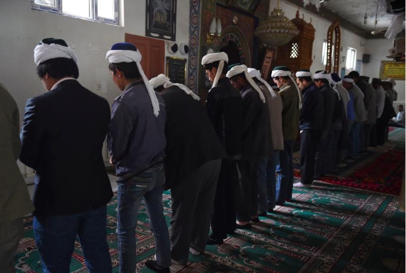 Warga etnis Uighur saat berdoa di wilayah sebuah masjid di Hotan, Xinjiang. (Foto: AFP).