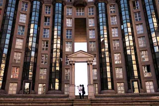 Fasad sisi dalam gedung utama. Kegiatan pembangunan kompleks hunian bergaya arsitektur postmodernisme tersebut berlangsung mulai 1978 hingga 1982. AFP Photo/Lionel Bonaventure