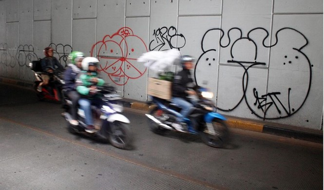 Kendaraan melintasi Underpass Trunojoyo, Jakarta, yang dipenuhi coretan vandalisme. Foto: MI/Bary Fathahilah.