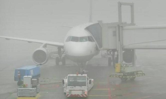 Sebuah pesawat yang terjebak dalam kabut tebal di Belanda. (Foto:AFP).