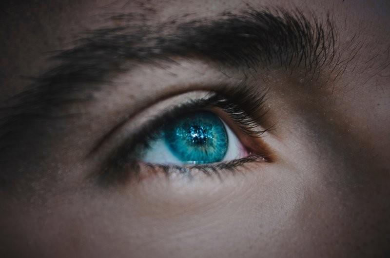 Menggunakan lensa kontak memang membuat nyaman, tapi di satu sisi begitu berisikonya alat ini buat mata kita (Foto: Fabrizio Verrecchia/Unsplash.com)