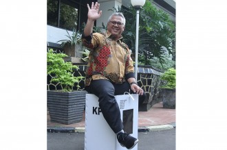 Ketua KPU Duduki Kotak Suara Kardus