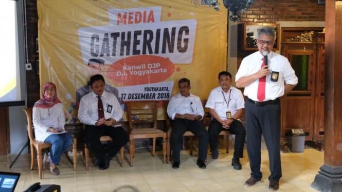Kepala Kanwil DJP DIY, Dionysius Lucas Hendrawan (berdiri) saat jumpa pers di Sleman Daerah Istimewa Yogyakarta, Senin, 17 Desember 2018 malam. Medcom.id/ Patricia Vicka.