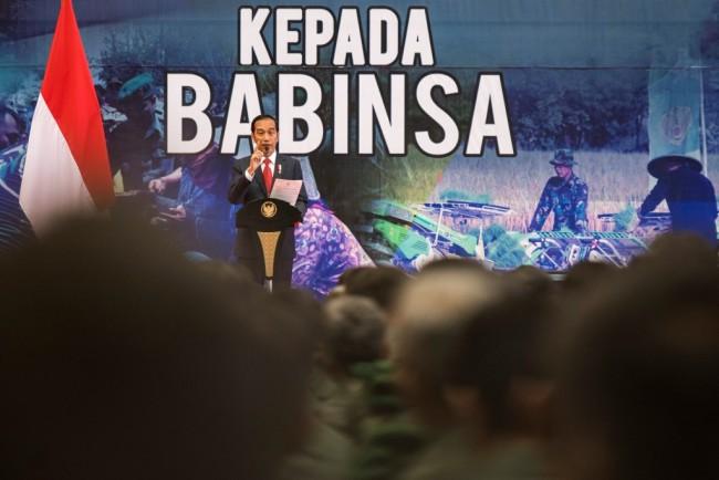 Presiden Joko Widodo menyampaikan arahan kepada Babinsa seluruh Indonesia di Bandung, Jawa Barat. Foto: Antara/M Agung Rajasa.