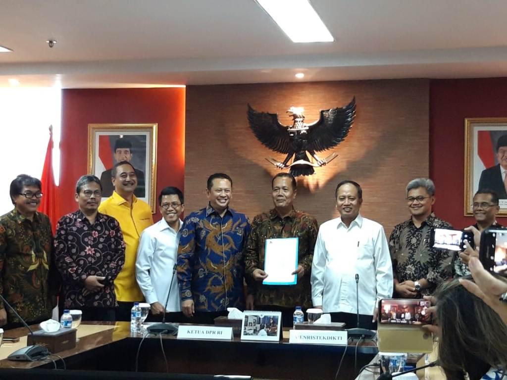 Menristekdikti. Mohamad Nasir (ketiga dari kanan) saat menyerahkan SK pendirian Universitas Perwira Purbalingga, Medcom.id/Intan Yunelia.