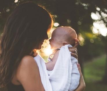 Membaca Kepribadian Orangtua dari Cara Menggendong Bayi