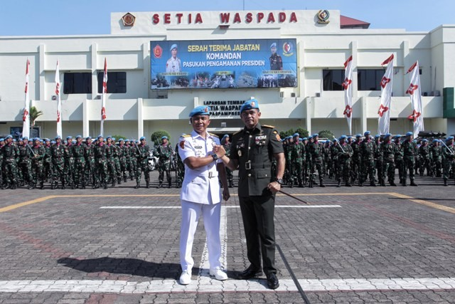 Mayjen (Mar) Hartono (kiri) dan Komandan Pasukan Pengamanan Presiden (Danpaspampres) Brigjen Maruli Simanjuntak melakukan salam komando usai acara sertijab Danpaspampres di Markas Komando Paspampres, Jakarta, Rabu (19/12)--MI/PIUS ERLANGGA