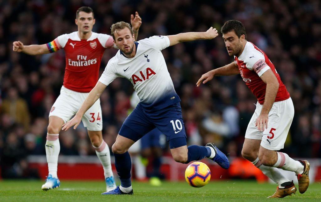 Momen saat striker Tottenham Hotspur Harry Kane berduel dengan para pemain Arsenal (Foto: AFP/Ian Kington)