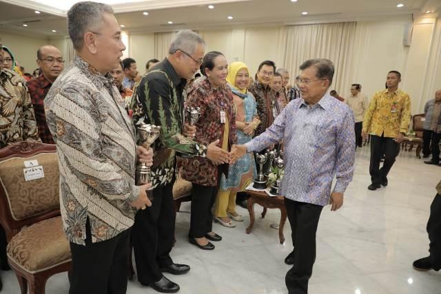 Wakil Presiden Jusuf Kalla saat memberikan selamat kepada para penerima penghargaan. Foto: Tim media Wapres