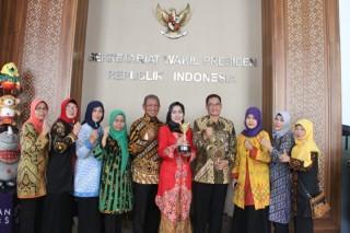 Bupati Brebes Raih Anugerah Parahita Ekapraya