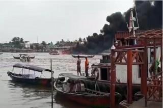SPBU Terapung di Sungai Musi Terbakar