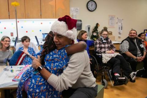 Santa Obama Hibur Anak-anak di Rumah Sakit