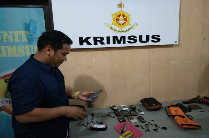 Kasubag Humas Polresta Depok AKP Firdaus menunjukkan barang bukti penangkapan dua begal, Jumat, 21 Desember 2018. Medcom.id - Octa