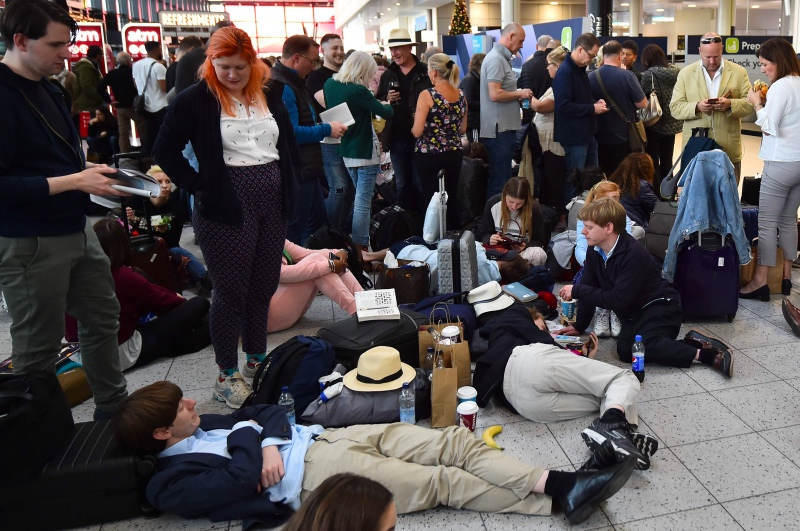 Para calon penumpang yang terkena imbas penutupan Bandara Gatwick di Inggris. (Foto: AFP).