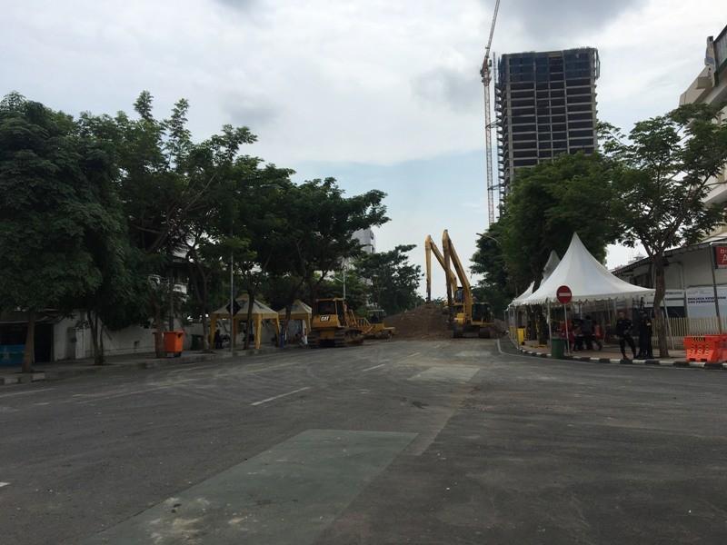 Puluhan alat berat penuhi jalan ambles di Jalan Raya Gubeng, Surabaya. (Medcom.id/Amal).