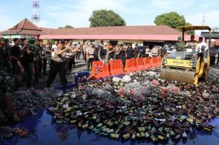 Ribuan Botol Miras dan Petasan Dimusnahkan