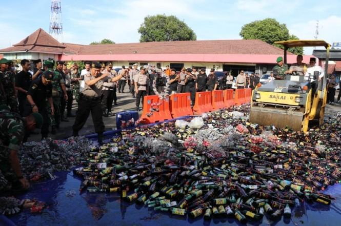 Polres Metro Tangerang Kota memusnahkan ribuan botol minuman keras, Jumat 21 Desember 2018, Medcom.id - Hendrik