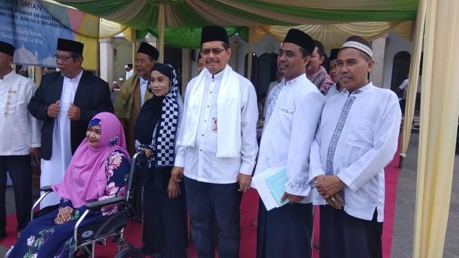 Wali Kota Jakarta Selatan Marullah Matali (kacamata hitam) saat peresmian Masjid El-Syifa - Medcom.id/Fachri Audhia Hafiez.