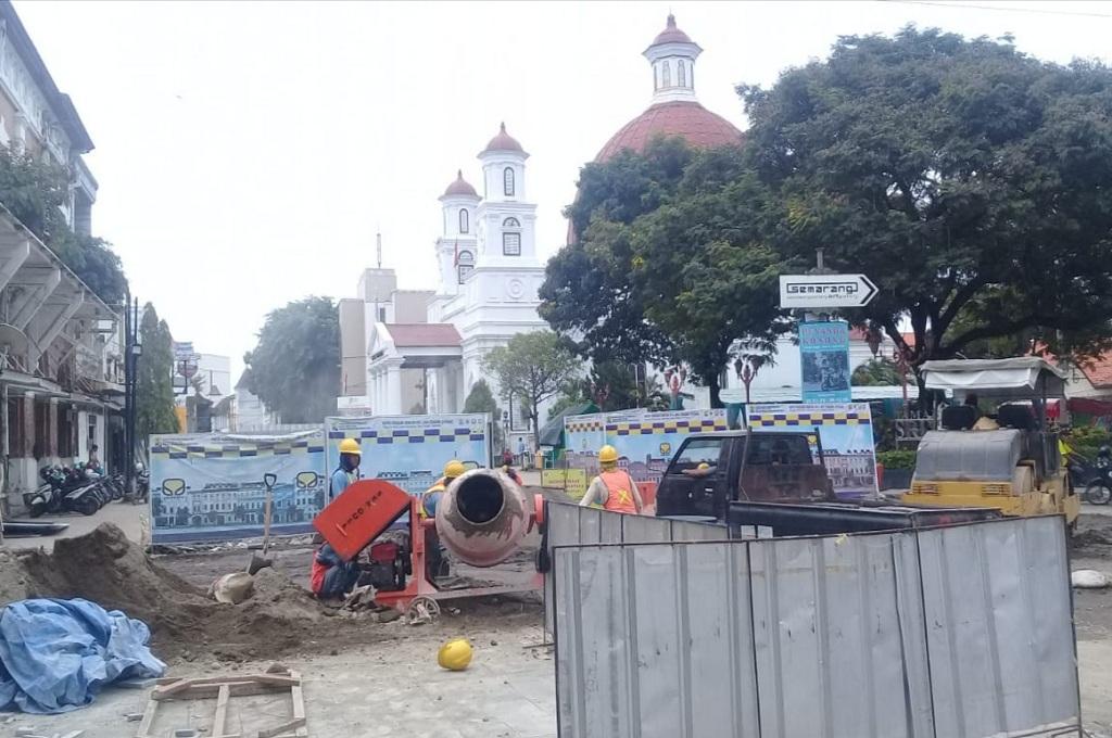 Pekerja mengerjakan proyek pembangunan di kasawan Kota Lama, Semarang, Jumat, 21 Desember 2018, Medcom.id - Budi