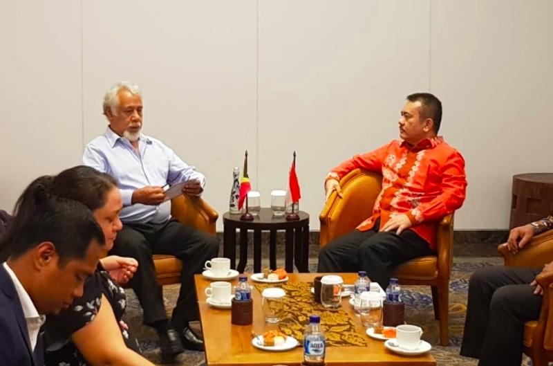 Dirjen Hukum dan Perjanjian Internasional Kementerian Luar Negeri RI Damos Dumoli Agusman (kanan) bersama Xanana Gusmao. (Foto: Damos Agusman/Twitter).
