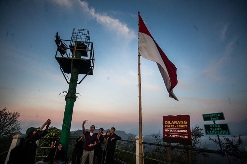 Wisatawan berada di kawasan wisata alam Puncak Suroloyo, Samigaluh, Kulon Progo, DI Yogyakarta, Selasa (20/11/2018). ANTARA FOTO/Andreas Fitri Atmoko.