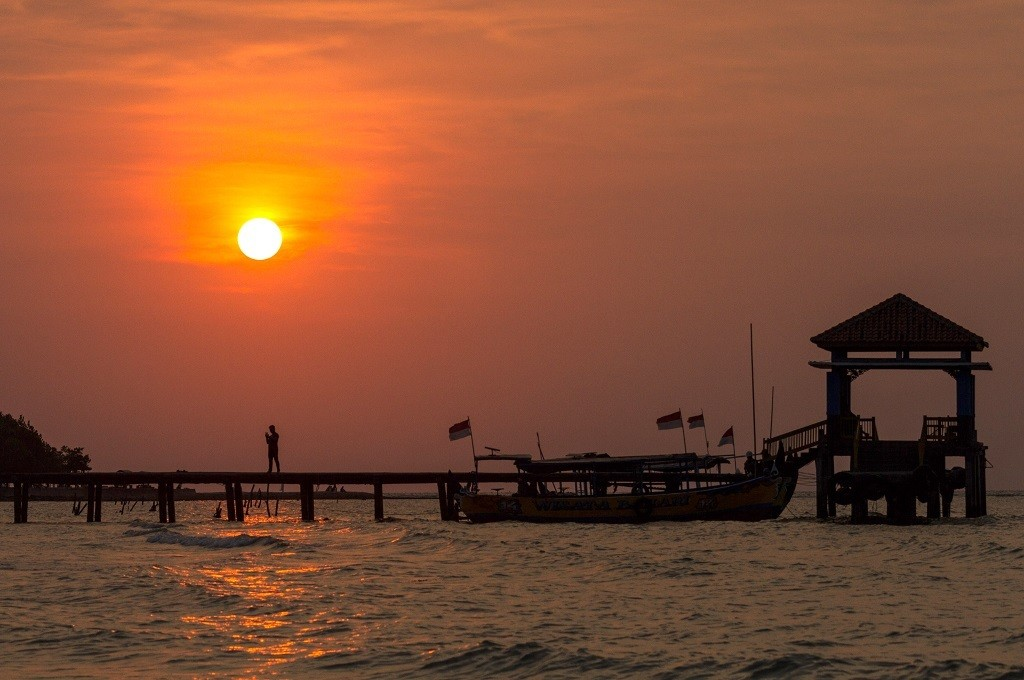 Pengunjung menikmati suasana matahari terbenam di salah satu pantai wisata di Jepara, Medcom.id - Rhobi Shani