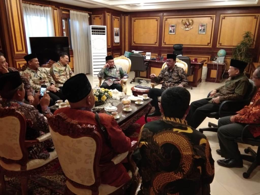 Mendikbud, Muhadjir Effendy, didampingi Sekjen Kemendikbud Didik Suhardi beserta rombongan saat bertemu Duta Besar Luar Biasa Indonesia untuk Kerajaan Arab Saudi, Agus Maftuh Abegebriel, Kemendikbud/BKLM.