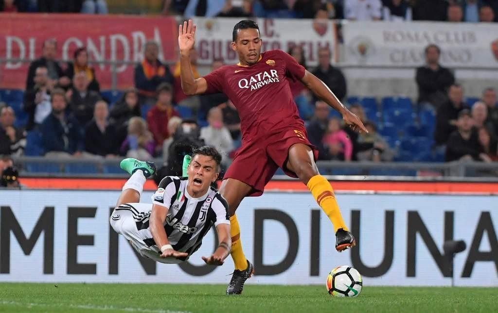 Momen saat penyerang Juventus Paulo Dybala (kiri) berduel dengan bek AS Roma Juan Jeus pada musim lalu (Foto: AFP/Tiziana Fabi)