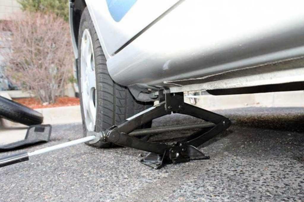 Perhatikan cara meletakkan ongkrak mobil dengan benar agar aman. CarCareAdvice