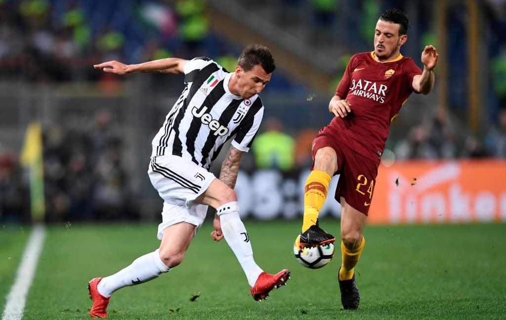 Momen saat Mario Mandzukic berduel dengan Alessandro Florenzi pada pertandingan antara Juventus vs AS Roma musim lalu (Foto: AFP/Filippo Monteforte)