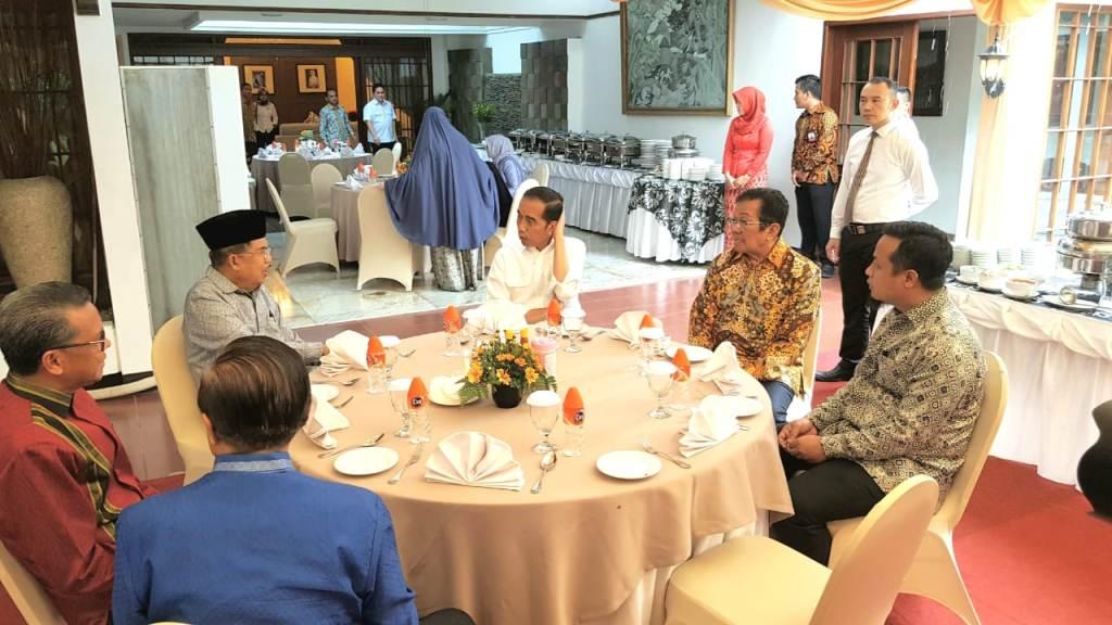 Presiden Joko Widodo dan Wakil Presiden Jusuf Kalla makan siang di kediaman pribadi Kalla, Jalan Haji Bau, Makassar. Tim Media Wapres.