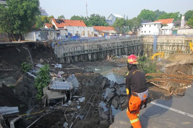 Petugas memeriksa area yang ambles di Jalan Raya Gubeng Surabaya, Rabu, 19 Desember 2018, Antara - Suhartono