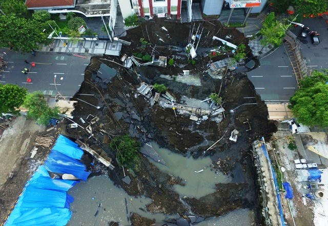 Foto udara memperlihatkan panjang ruas Jl Raya Gubeng yang ambles mencapai 30 meter. Antara Foto/Didik Suhartono