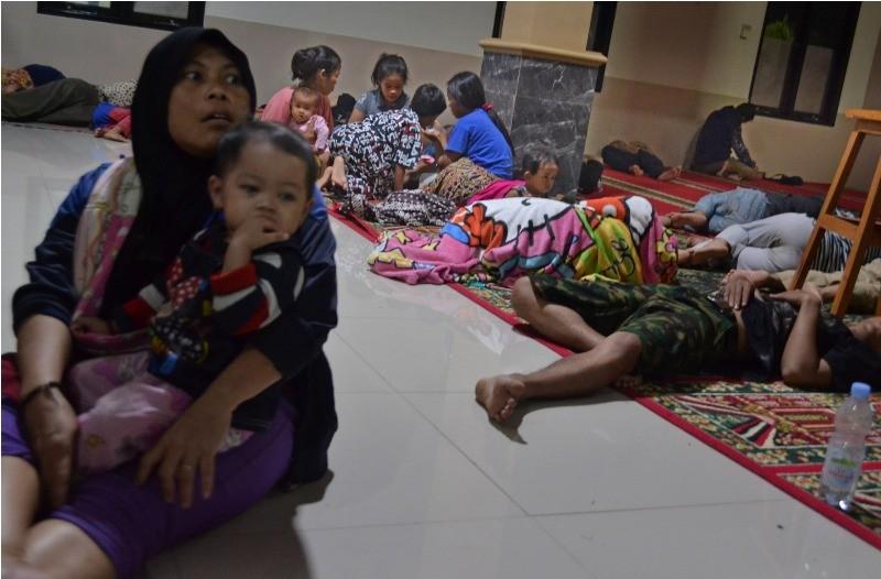 Ilustrasi sejumlah warga mengungsi ke Masjid Jami Al-Mu'min di Kampung Laba, Kecamatan Labuan, Pandeglang, Banten, Sabtu (22/12/2018) malam. ANTARA FOTO/Muhammad Bagus Khoirunas.
