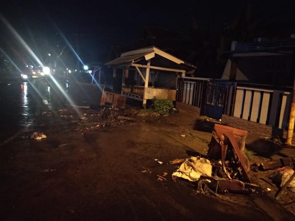 Kondisi beberapa saat tsunami menerjang di kawasan Banten, Sabtu malam, 22 Desember 2018. Foto istimewa.
