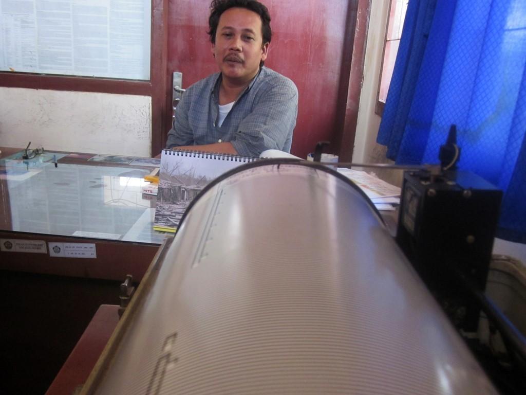 Seorang petugas memandangi alat perekam kegempaan seismograf yang tidak berfungsi di Pos Pemantau Gunung Anak Krakatau. Foto: Antara/Kristian Ali.