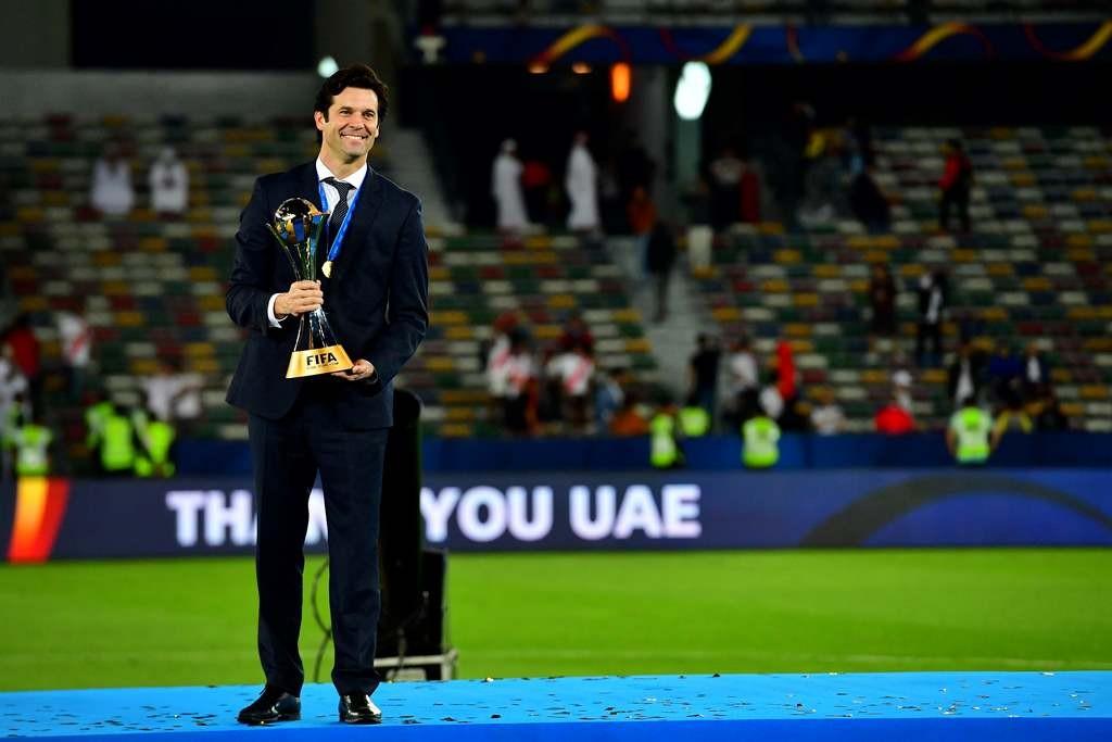 Pelatih Real Madrid, Thiago Solari, berpose dengan trofi Piala Dunia Antarklub 2018. (Giuseppe CACACE / AFP)