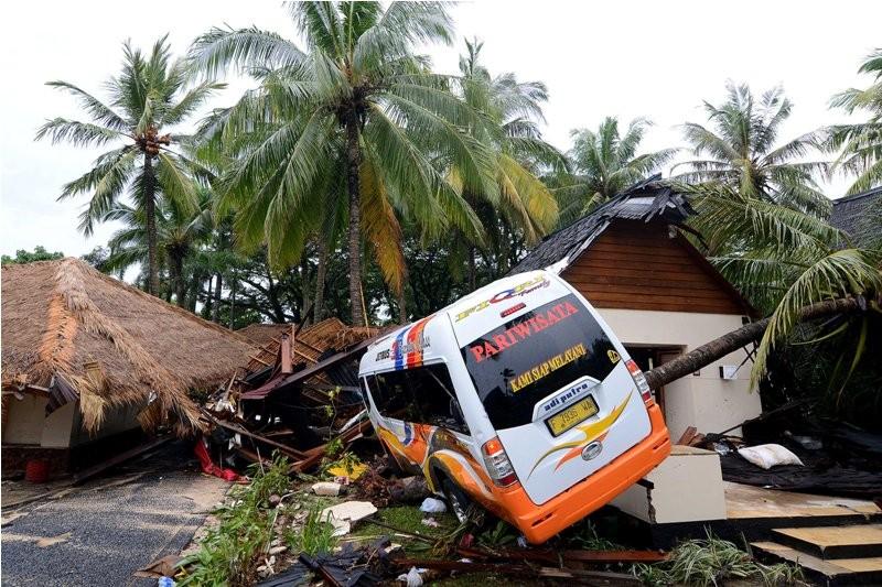 Kendaraan yang rusak berat akibat hempasan gelombang tinggi teronggok di Resort Tanjung Lesung, Banten, MInggu (23/12). MI/ Susanto.