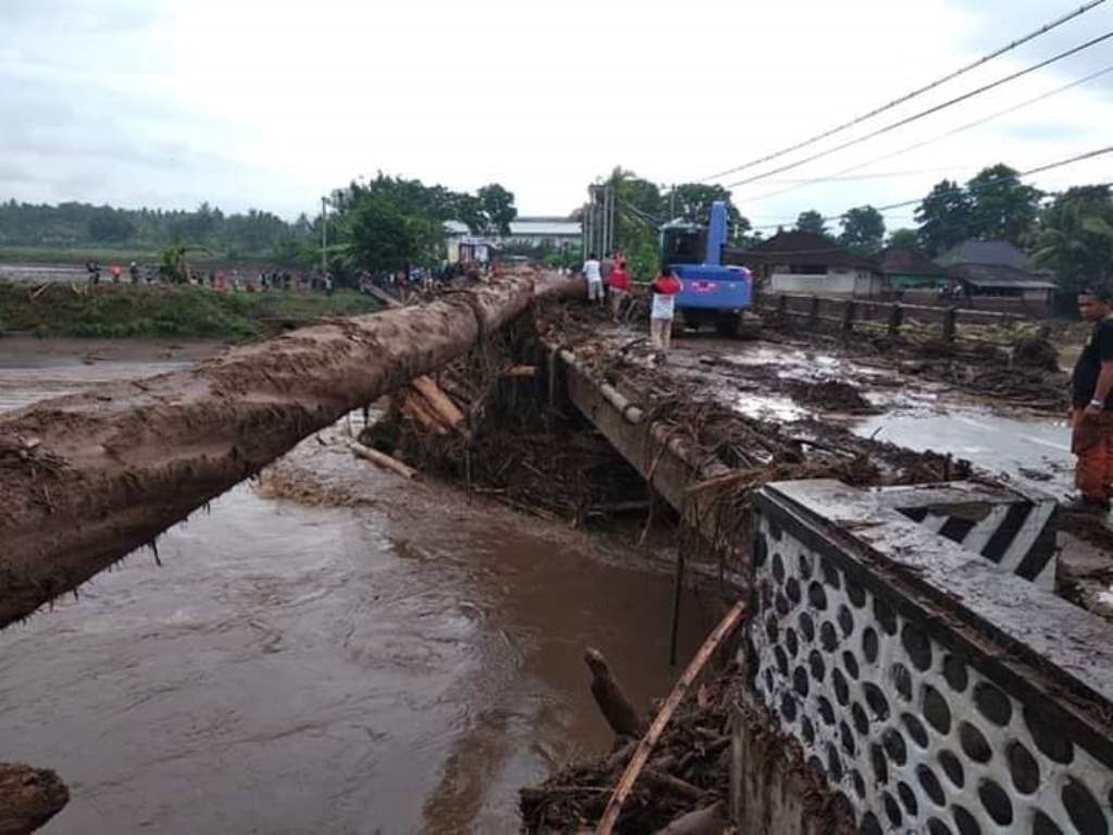 Akses jembatan di Biluk Poh yang ditutup karena imbas banjir bandang. Foto: ISt